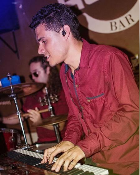 Daniel Moná profesor de piano Solorock academia de música